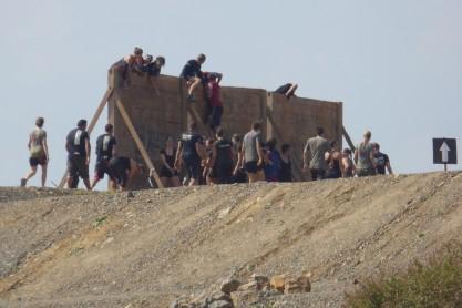 Bei der 3m hohen Holzwand war das Team gefragt.